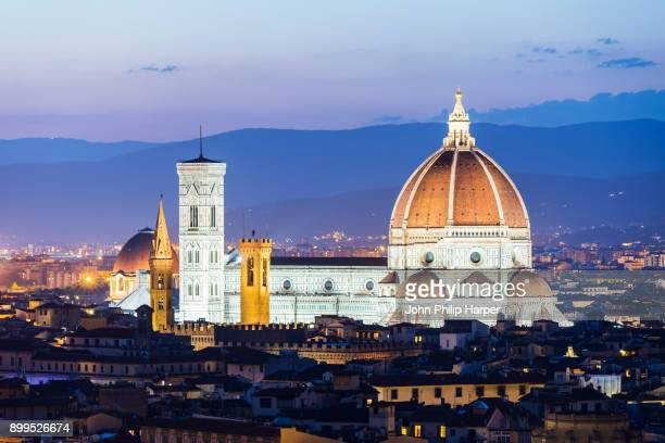 cityscape with florence cathedral at dusk, florence, tuscany, italy - duomo santa maria del fiore stock pictures, royalty-free photos & images