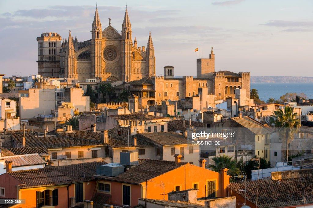 Cityscape with La Seu Cathedral and rooftops, Palma de Mallorca , Majorca, Spain : Foto de stock