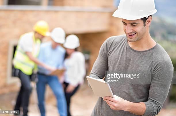 Civil engineer in einer Baustelle