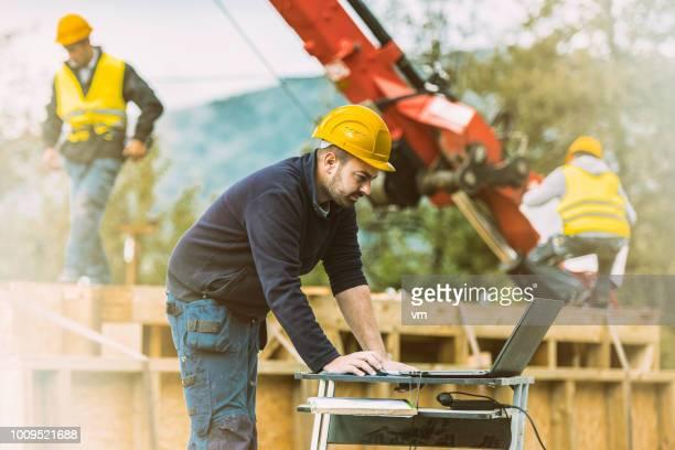 ingeniero civil en una obra - ingeniero civil fotografías e imágenes de stock