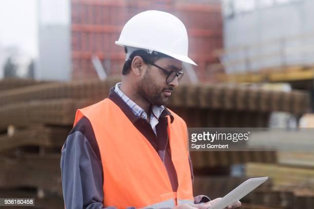 civil engineer working at site - sigrid gombert stock-fotos und bilder