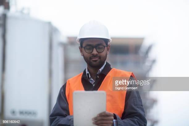 civil engineer working at site - sigrid gombert imagens e fotografias de stock