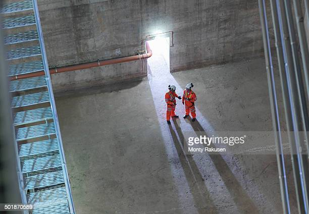 civil engineers in discussion in suspension bridge, high angle view. the humber bridge, uk, built in 1981 was the world's largest single-span suspension bridge - monty shadow stock photos and pictures