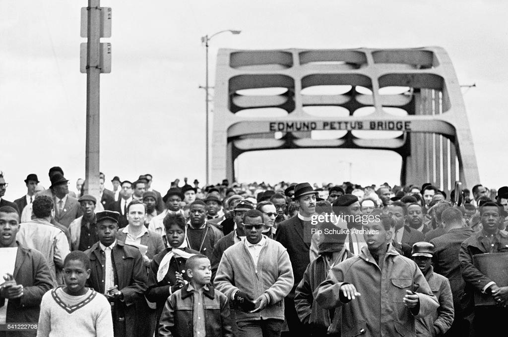 Civil Rights March Across Edmund Pettis Bridge Bridge : Nyhetsfoto