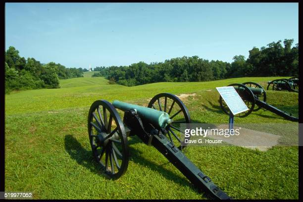 civil war cannons in military park - vicksburg_national_military_park stock pictures, royalty-free photos & images