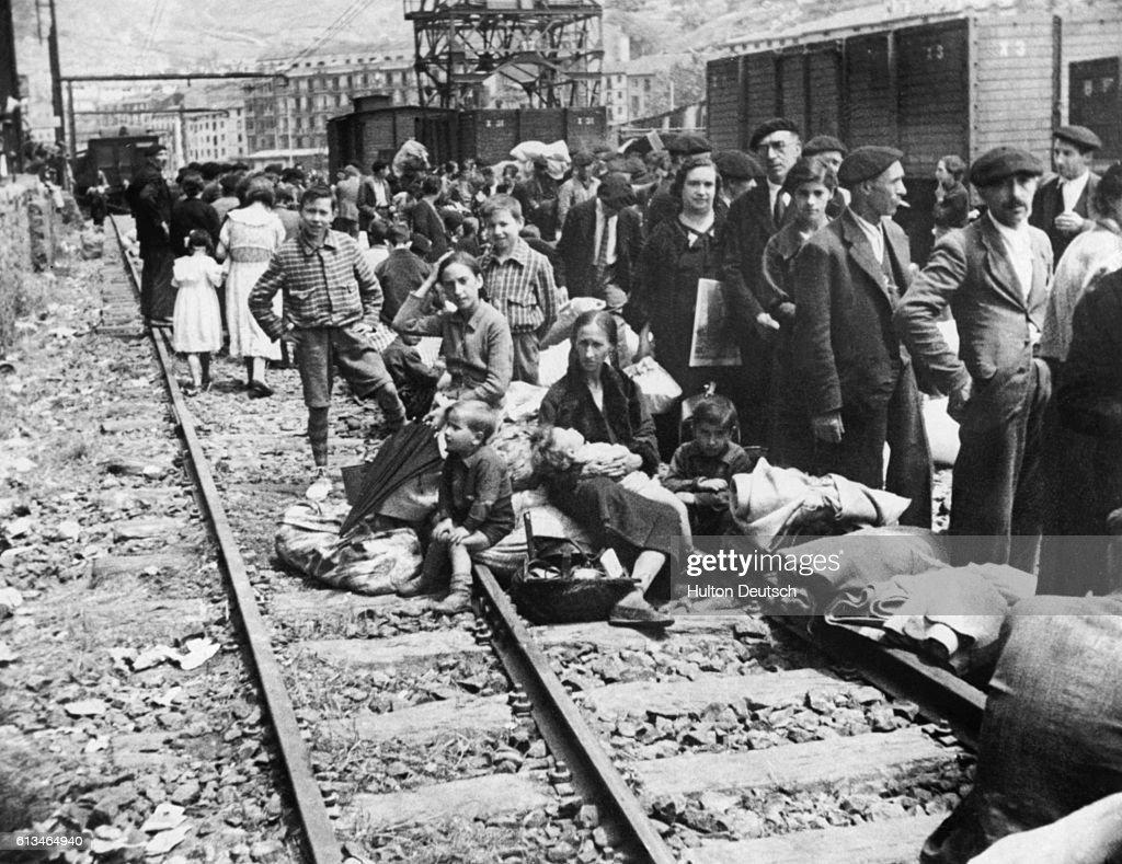 Refugees Return to Bilbao : Fotografía de noticias