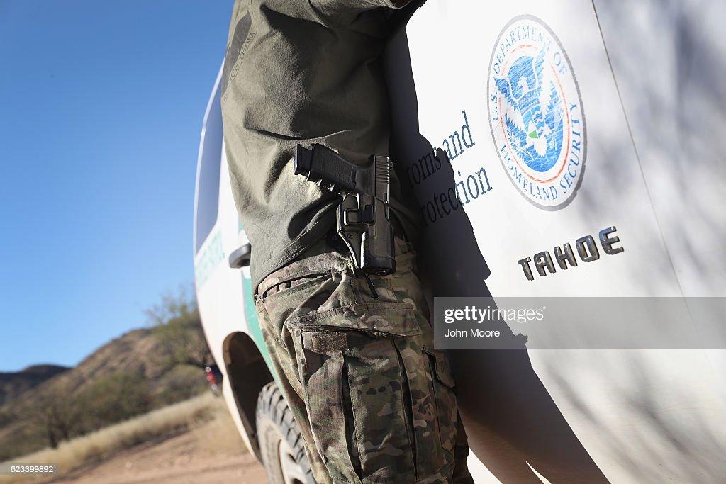 American Civilian Paramilitaries Patrol U.S.-Mexican Border : News Photo