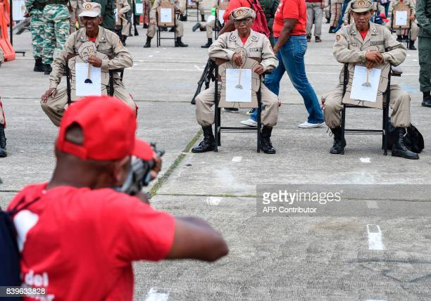 Civilians receive instruction on how to use rifles during military drills in Caracas on August 26 2017 Venezuelan troops taught civilians how to...