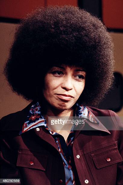 Civil-rights activist Angela Davis poses on May 16, 1975 during French television literary talk show Apostrophes presented by Bernard Pivot before...