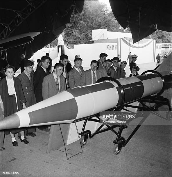 Civils et militaires venus voir la présentation du lanceur à l'exposition de la défense aérienne esplanade des Invalides à Paris France le 1er...