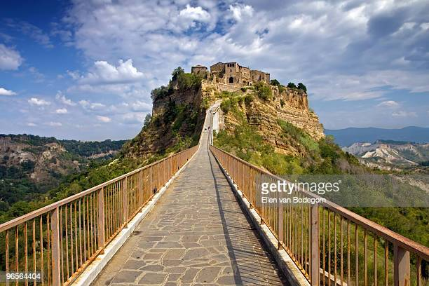 civita vanishing point - civita di bagnoregio foto e immagini stock