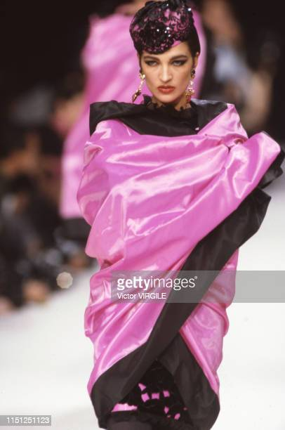 Claire Atkinson walks the runway at the Ungaro Ready to Wear Fall/Winter 19911992 fashion show during the Paris Fashion Week in March 1991 in Paris...