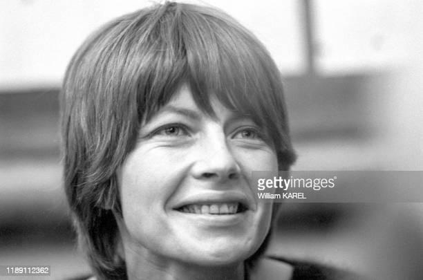 Claire Bretécher lors d'une séance de dédicace au 'Pen Club' à Paris le 14 décembre 1974, France.