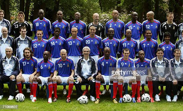 Clairefontaine-en-Yvelines, FRANCE: French soccer players pose for a family picture at their training camp of Clairefontaine near Paris 28 May 2006....