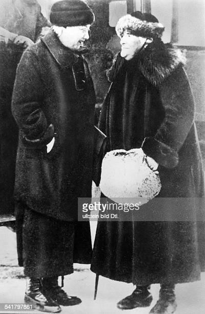 Clara Zetkin*05071857 Politikerin SPD / KPD D mit Nadeshda Konstantinowa Krupskaja der Lebensgefährtin Lenins imGespräch 1932