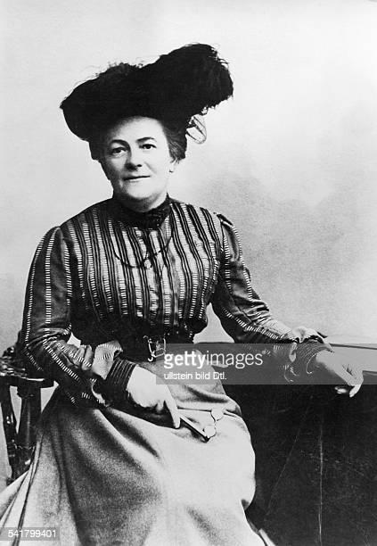 Clara Zetkin*05071857Politikerin SPD / KPD D Porträt mit Federhut Anfang der 1890er Jahre