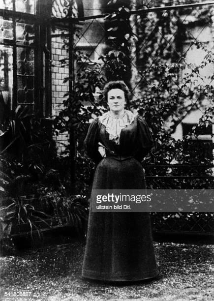 Clara Zetkin*05071857Politikerin SPD / KPD DPorträt im Garten 1897
