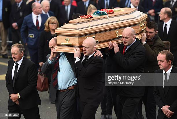 Clare , Ireland - 21 October 2016; Former Munster players, from left, Peter Clohessy, Keith Wood, John Hayes and Munster captain Peter O'Mahony carry...