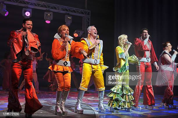 Clarke Thorell Judy McLane John Dossett Lisa Brescia Patrick Boll and Jennifer Perry at the curtain call for the 4000th Broadway performance of Mamma...