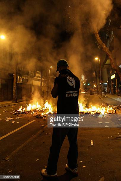 CONTENT] Clashes between police and protesters in downtown Incandescent barricades in the streets near the ALERJ Confrontos entre policiais e...