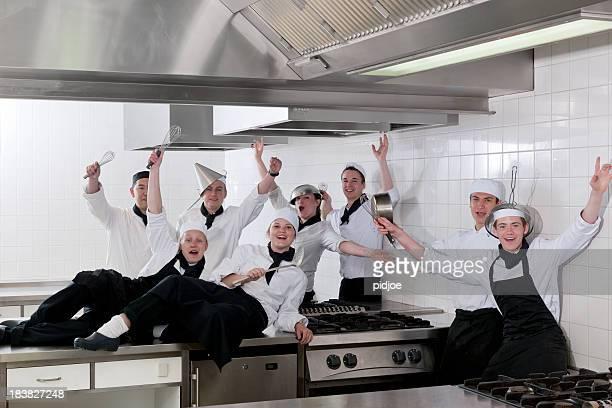 foto de classe de estudantes comemorando o chef na cozinha - class photo - fotografias e filmes do acervo