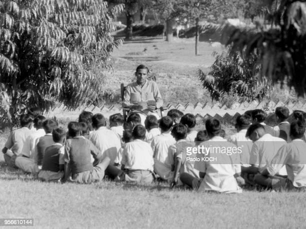 Classe d'une école en extérieur dans la région d'Agra Inde