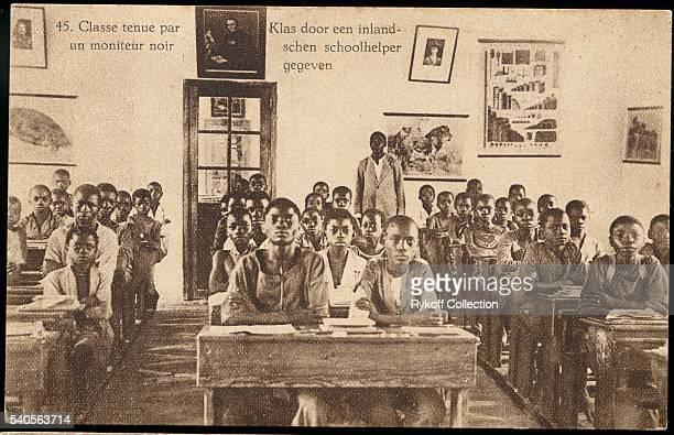 45 Classe tenue par un moniteur noir Klas door een inlandschen schoolhelper gegeven