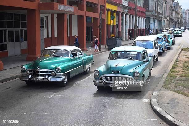 Estadounidense clásica, los vehículos de motor en la calle en la habana