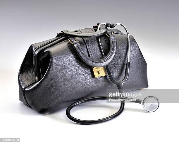 Klassisches schwarzes Leder Arztkoffer mit drapierter Stethoskop
