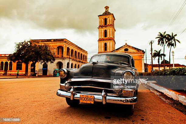 classic car in from of iglesia bien viaje - merten snijders - fotografias e filmes do acervo