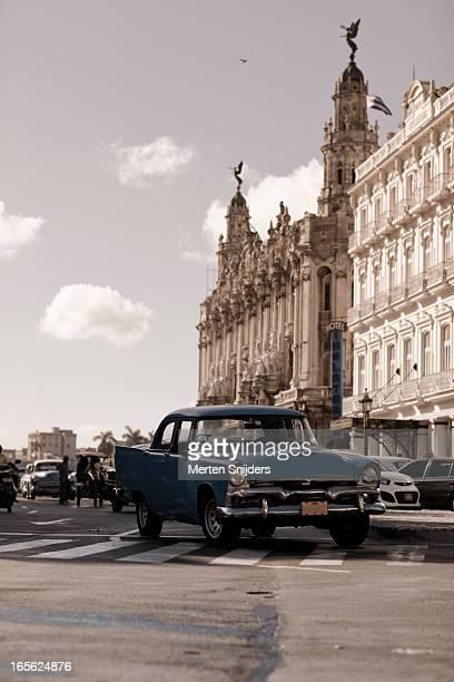 classic car passing havana theatre - merten snijders stockfoto's en -beelden