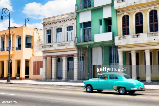 Klassische Auto beschleunigt am Malecon, Havanna, Kuba