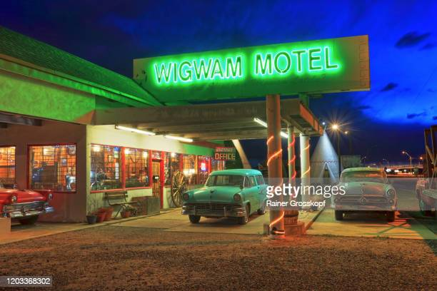classic cars at dawn in front of a route 66 motel - rainer grosskopf stock-fotos und bilder