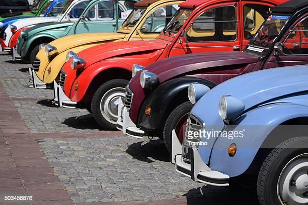 Classic Citroën 2CV voitures d'affilée sur la rue