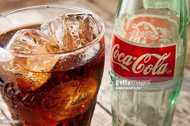 Classique bouteille de Coca-Cola et de verre