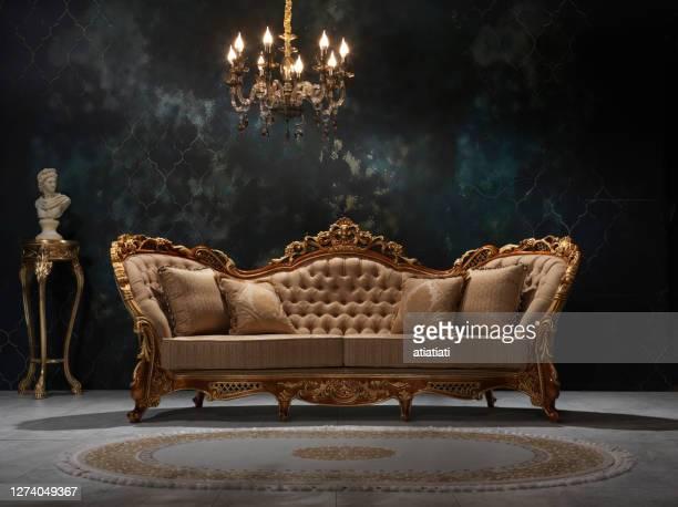 klassiek meubilair - beddengoed stockfoto's en -beelden