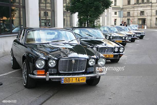 Klassische Jaguar und Daimler Autos in einer Reihe