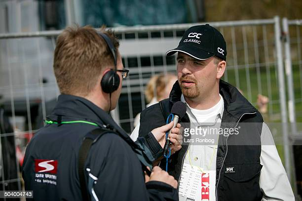 Classic Jesper Tikioeb race organiser talking to reporter Henrik Liniger DR Sporten