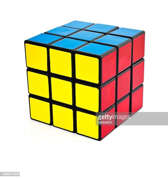 Klassische Rubik's cube auf weißem Hintergrund