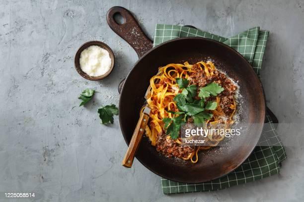 tagliatelle clásico con salsa boloñesa - salsa fotografías e imágenes de stock