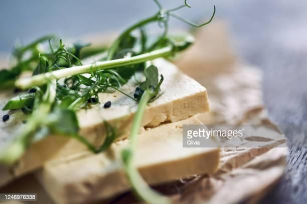 classico formaggio tofu su una tavola di legno. - sostituto della carne foto e immagini stock