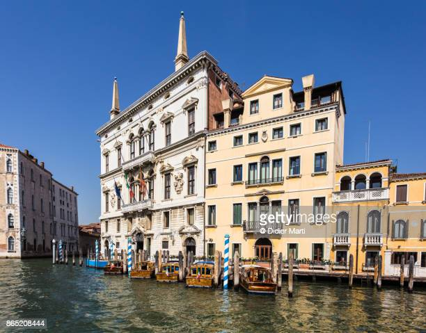 classical architecture along the grand canal in venice, italy - didier marti stock-fotos und bilder