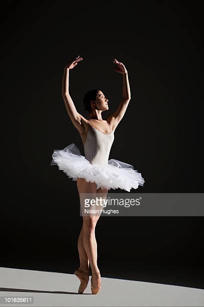 classical ballerina on point - balletttänzer stock-fotos und bilder