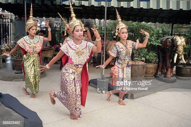 classical thai dancers - エラワン聖堂 ストックフォトと画像