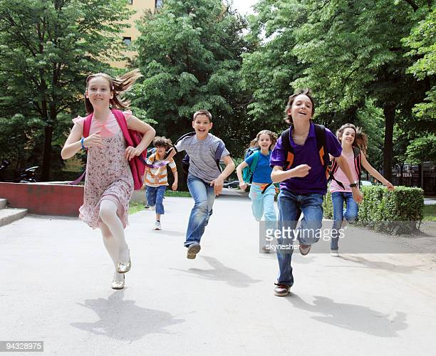 Classmate les élèves courir dehors.