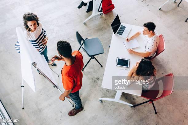 sala de aula com o professor e os alunos - edifício de educação - fotografias e filmes do acervo