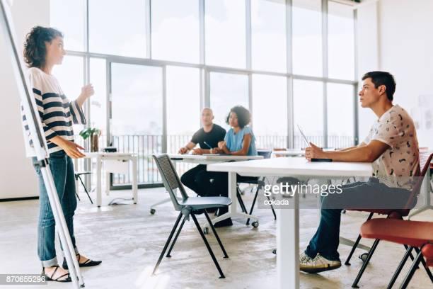 Klas met de docent en studenten