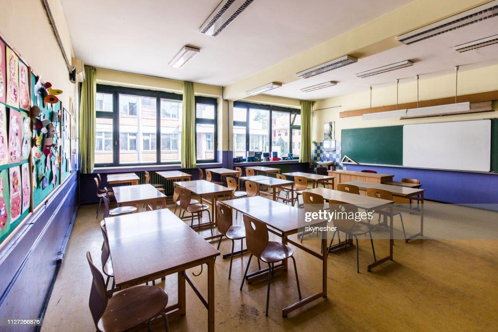 Klassenzimmer ohne Menschen an der Elementary School! : Stock-Foto