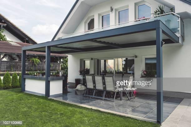 moderne et élégant patio - pergola photos et images de collection