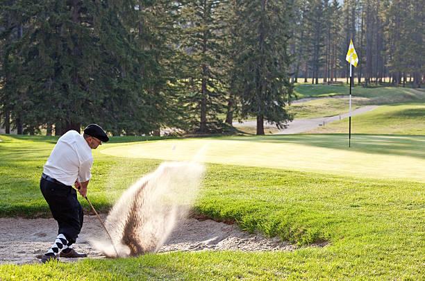 Golfeur Caucasien Homme Classy Frappant Un Tir De Bunker - Photos et images libres de droits